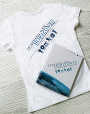 Jenseits des Horizonts... warten ein exclusives T-Shirt und das Buch zur Ausstellung auf eine/n glückliche/n Gewinner/in